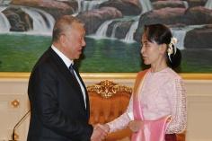 全國政協副主席、前行政長官何厚鏵與緬甸國務資政、總統府部部長兼外交部部長昂山素姬禮節性會面。