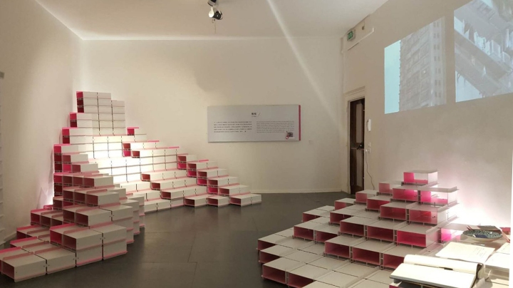 """展覽以卡牌為基本元素,構建成""""市場""""、""""公園""""、""""家""""和""""樓梯""""四個具澳門特色的展示空間。"""