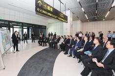 行政長官崔世安在旅檢大樓聽取交通事務局局長林衍新介紹澳門口岸管理區連接澳門半島的交通安排、前往香港和珠海的交通規劃和配套設施