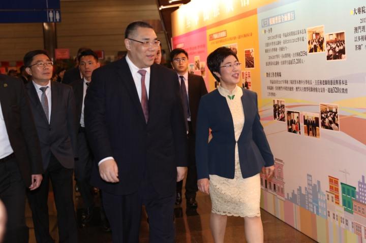 行政長官崔世安在行政法務司司長陳海帆陪同下,欣賞多年來推廣基本法的成果。