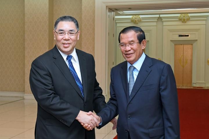 行政長官崔世安與柬埔寨首相洪森(Hun Sen)親切握手