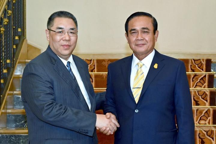 行政長官崔世安與泰國總理巴育(Prayuth Chan-ocha)親切握手