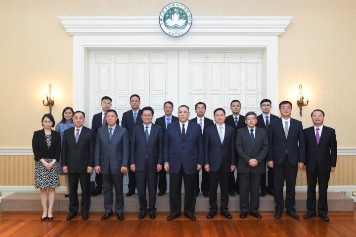 行政長官崔世安與珠海市委書記郭永航(前排左四)一行合影