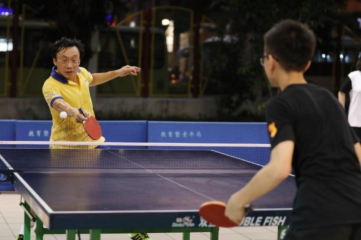 譚司長與學生進行乒乓球友誼賽