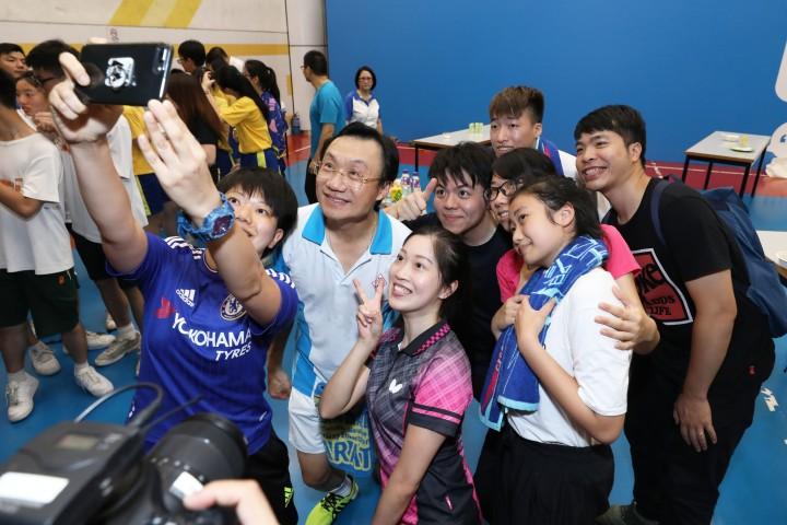 譚司長與青年和學生合影留念