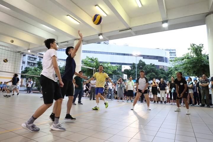 譚司長與青年和學生進行排球友誼賽
