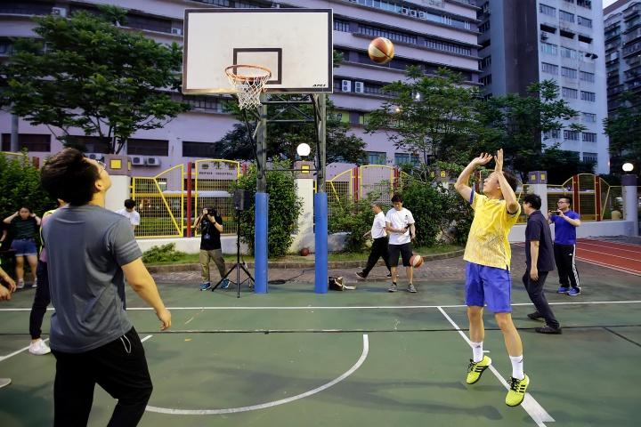 譚司長與青年和學生進行籃球友誼賽