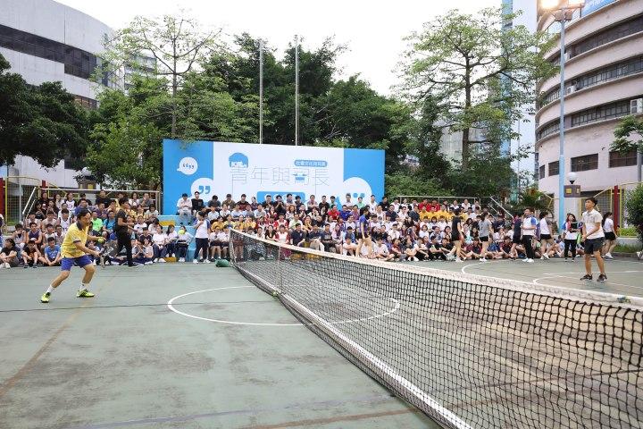譚司長與青年進行網球友誼賽