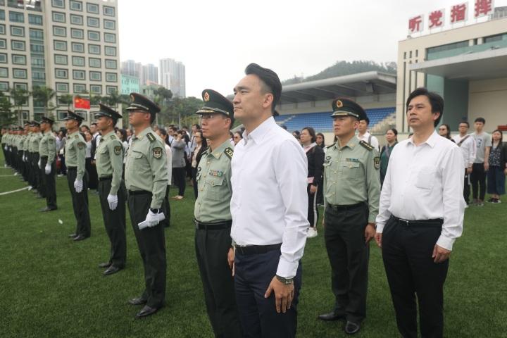 駐澳部隊與教育暨青年局領導主管及教職員進行升旗儀式