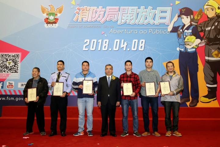 黃少澤頒發好市民表揚狀並與獲表揚市民合照