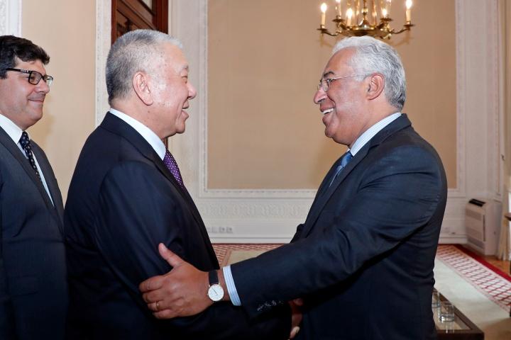 何厚鏵與葡萄牙總理安東尼奥‧科斯塔(António Costa)親切握手
