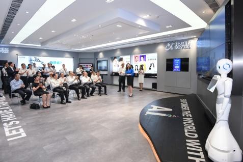 在廣州訪問的行政長官崔世安到科大訊飛華南分公司參觀