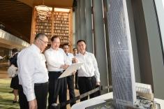 在廣州訪問的行政長官崔世安考察東塔,廣州市市委書記任學鋒介紹該市的經濟和產業發展。