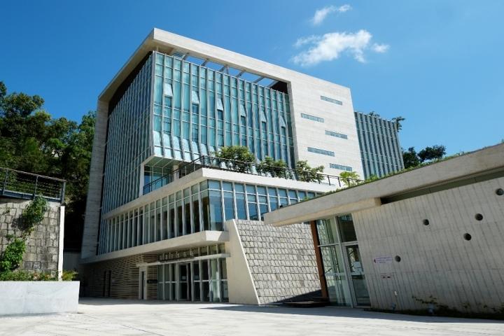 海事及水務局大樓毗鄰港務局大樓