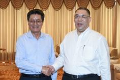 行政長官崔世安與珠海市委書記郭永航親切握手
