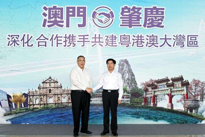 行政長官崔世安與肇慶市市委書記賴澤華親切握手