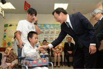 譚司長親切慰問住院兒童