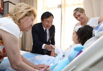 譚司長親切慰問住院兒童2