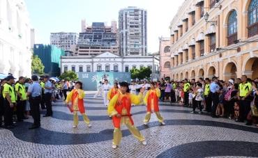 市民旅客駐足觀看巡遊表演