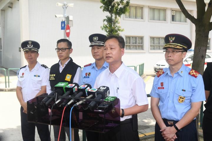 警察總局局長馬耀權向傳媒介紹民防方面的通訊、廣播和警報設備