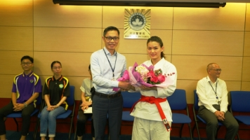 司警局局長向亞運銀牌得主蘇瑞林表示祝賀
