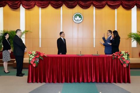 政策研究和區域發展局副局長吳海恩(右二)及林媛(右一)宣誓就職