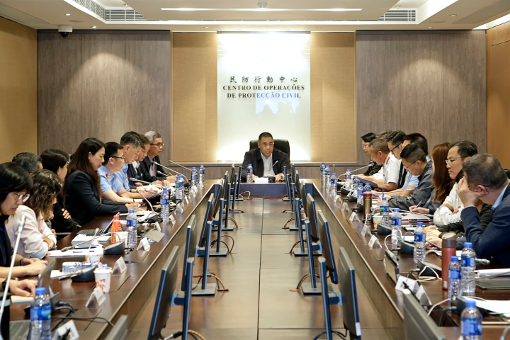行政長官崔世安於民防行動中心再度召開跨部門會議,跟進協調民防架構成員和相關部門各項應對颱風措施的效果和工作進度。