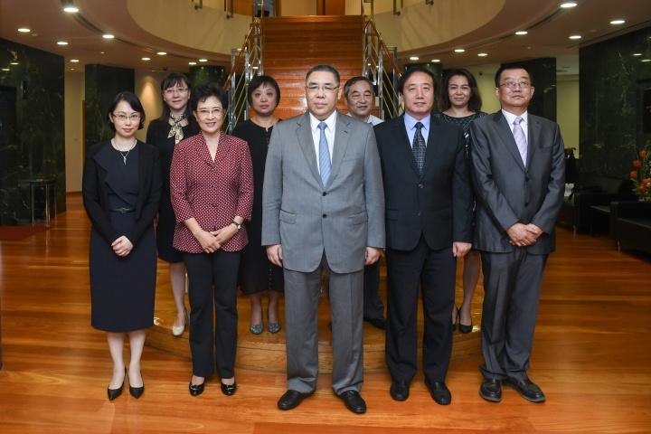 行政長官崔世安與中國人民大學黨委書記靳諾和副校長杜鵬一行合影