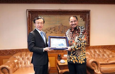譚俊榮向印尼旅遊部長阿里耶夫·葉海亞致送紀念品