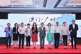 譚俊榮與廣東省旅遊局局長曾穎如(左五)及文綺華等於廣州推介會上合照