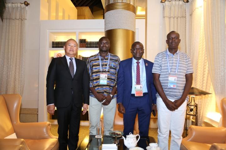 陳明金與幾比外長若翰·里貝羅·布提阿姆·科(左二)以及駐華大使馬嵐·桑布(左三)會面。