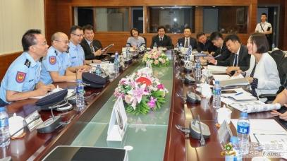 雙方於出入境事務廳大樓舉行會議