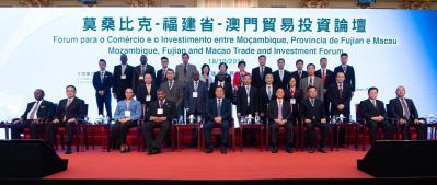 主禮嘉賓與葡語國家駐華大使、中葡論壇常設秘書處代表及一眾演講和特邀嘉賓合照