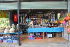 海灘沿岸的度假村、咖啡店、紀念品店林立