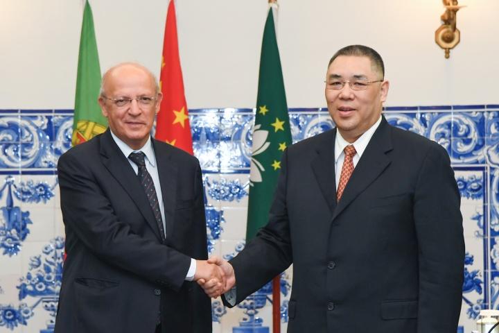 行政長官崔世安在澳葡聯合委員會第五次會議開始前,與葡萄牙外交部長奧古斯托·桑托斯·席爾瓦(Augusto Santos Silva)親切握手。