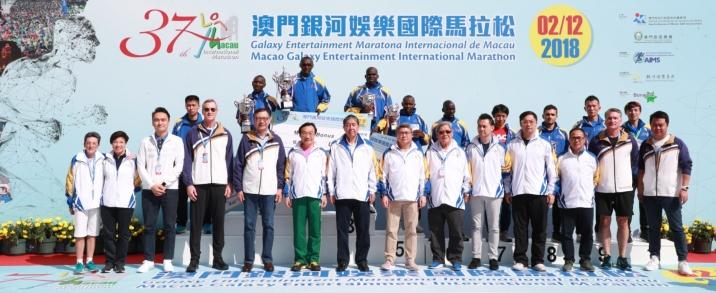譚俊榮等嘉賓與男子組得獎者合照