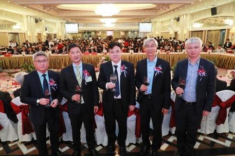 中聯辦副主任薛曉峰(圖中)等嘉賓向創會會長阮建昆祝賀