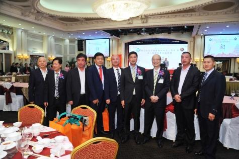 中華阮姓代表團向創會會長祝賀