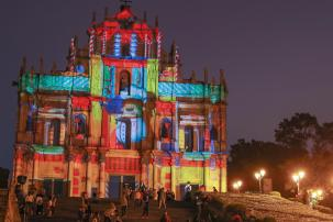 大三巴牌坊分期上演3個分別由來自葡萄牙、比利時及澳門的光影製作團隊打造的光雕表演