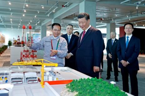 建設人員向中共中央總書記、國家主席習近平等介紹港珠澳大橋的規劃和設計。