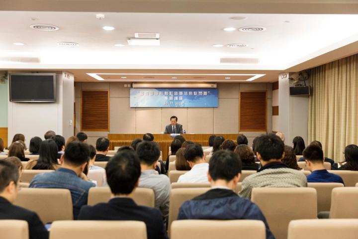 """徐宏司長作題為""""當前國際形勢和國際法熱點問題""""的專題講座。"""