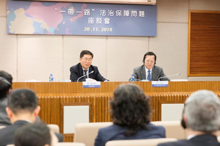"""徐宏司長和劉德學局長出席""""'一帶一路_法治保障問題""""座談會。"""
