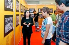 """政府總部開放日期間,禮賓樓多功能廳設有""""澳門行業舊觀圖片展""""供遊人觀賞。"""