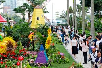政府總部首日向公眾開放,吸引不少市民和遊客前來參觀。