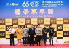 潘永權向會員天地形象大使設計比賽公開組得獎者頒發獎項
