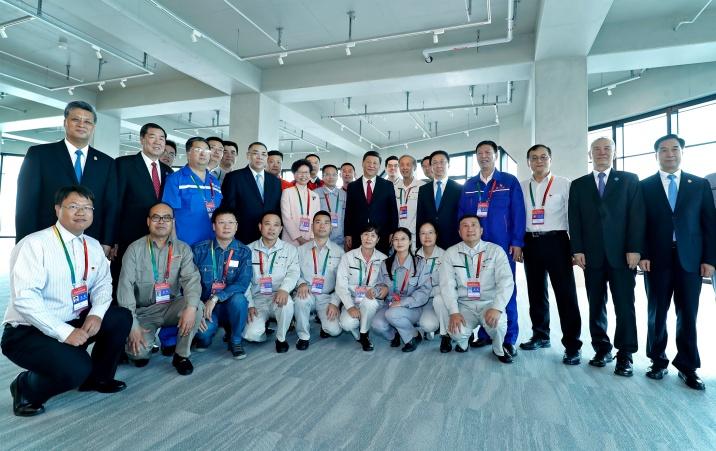 習近平、韓正、崔世安等一眾主賓與港珠澳大橋建設人員合照。