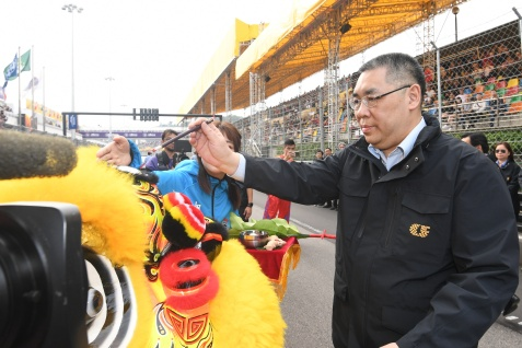 行政長官崔世安主持第65屆澳門格蘭披治大賽車三級方程式賽事的舞獅點晴儀式