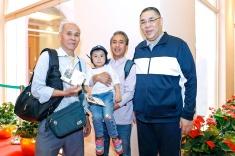 行政長官崔世安在政府總部禮賓樓與到訪家庭合影留念
