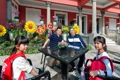行政長官崔世安在政府總部與到訪家庭親切交流及合影留念
