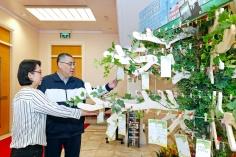 """行政長官崔世安查看""""願望樹"""",關心居民對政府工作和社會民生事務的留言。"""